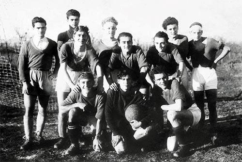 Pier Paolo Pasolini con la squadra della Sangiovannese Calcio (1946)