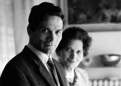 Pier Paolo Pasolini e la madre Susanna, anni Sessanta. Foto di Mario Dondero