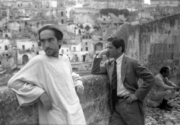 """Enrique Irazoqui e Pasolini sul set di """"Il Vangelo secondo Matteo"""". Foto di Domenico Notarangelo"""