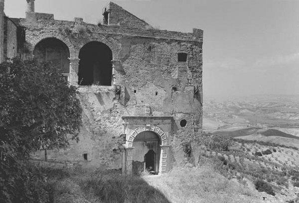 Palazzo in rovina nella Murgia Materana. © Foto Giovanna Gammarota