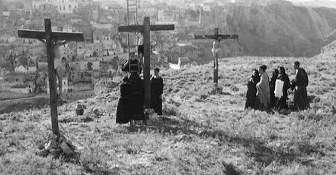 """La scena della crocefissione ne """"Il Vangelo secondo Matteo"""""""