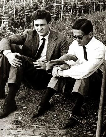 """Bernardo Bertolucci e Pier Paolo Pasolini durante una pausa di lavorazione del film """"Accattone"""" (1961)"""