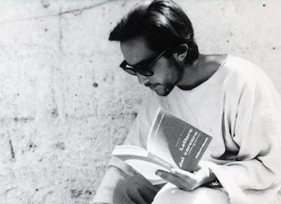 """Irazoqui impegnato nella lettura delle """"Lettere dal carcere"""" di Antonio Gramsci durante le riprese del """"Vangelo"""" (1964)"""