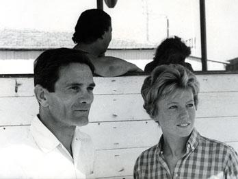 Pasolini e Dacia Maraini a Viareggio. Foto di Mario Dondero