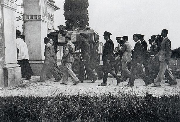 Casarsa, 21 giugno 1945.Funerale di Guidalberto Pasolini. Pier Paolo è riconoscibile in abito chiaro.