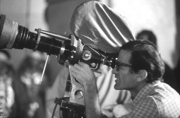"""Pasolini sul set de """"Il fiore delle Mille e una notte"""" (1973). Fotografia di Roberto Villa"""