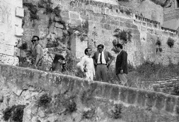 """Pasolini durante le riprese del """"Vangelo"""" con Manolo Bolognini e Maurizio Lucidi. Foto di Domenico Notarangelo."""