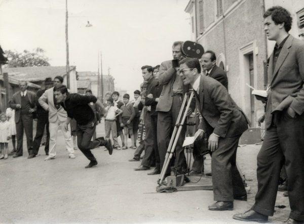 """Pasolini sul set di """"Accattone"""" (1961)."""