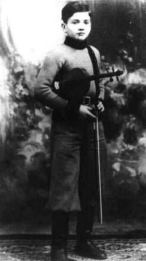 Pier Paolo Pasolini con il violino