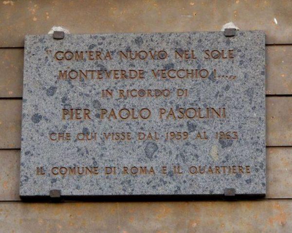 Targa in ricordo di Pasolini nella casa di via Carini 45