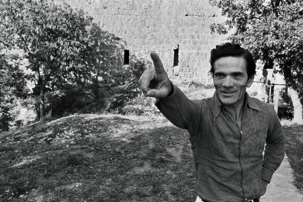 Pasolini davanti alla torre di Chia. Foto di Deborah Beer (Archivio Cinemazero)