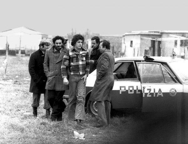 Pino Pelosi in un sopralluogo all'Idroscalo di Ostia (1975)