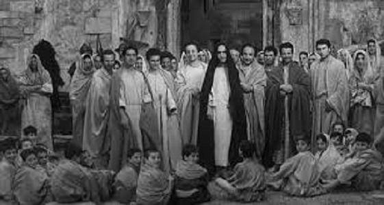 """Sul set de """"Il Vangelo secondo Matteo"""". A destra del Cristo, Alfonso Gatto"""