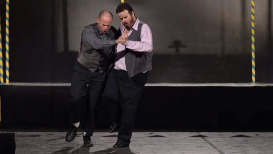 """Da sx, Piero Sidoti e Giuseppe Battiston nello spettacolo """"Non c'è acqua più fresca""""."""