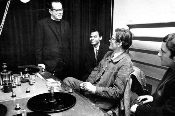 """Padre Virgilio Fantuzzi, a sinistra, con Pasolini negli studi Rai di via Teulada  per ilfim """"Appunti per un film sull'India"""""""