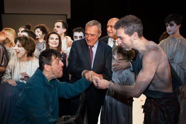 Il Presidente del Senato Pietro Gasso con i ragazzi del Teatro Patologico
