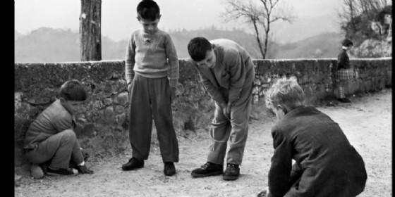 """""""il gioco delle biglie"""", Castelnuovo del Friuli (1960). Foto di Elio Ciol"""