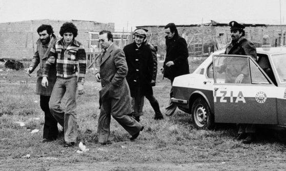 Pino Pelosi in un sopralluogo all'Idroscalo di Ostia (11 febbraio 1976)