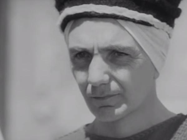 """J. Rodolfo Wilcock nei panni di Caifa nel """"Vangelo secondo Matteo"""" (1964) di Pasolini"""